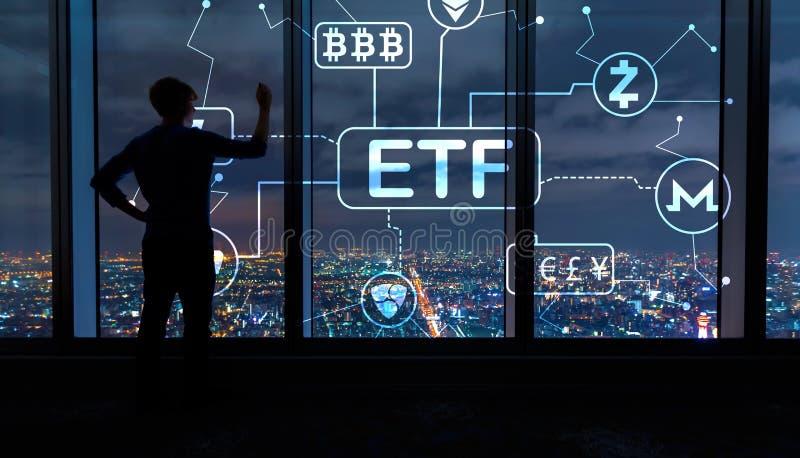 Tema di Cryptocurrency ETF con l'uomo dalle grandi finestre alla notte immagine stock libera da diritti