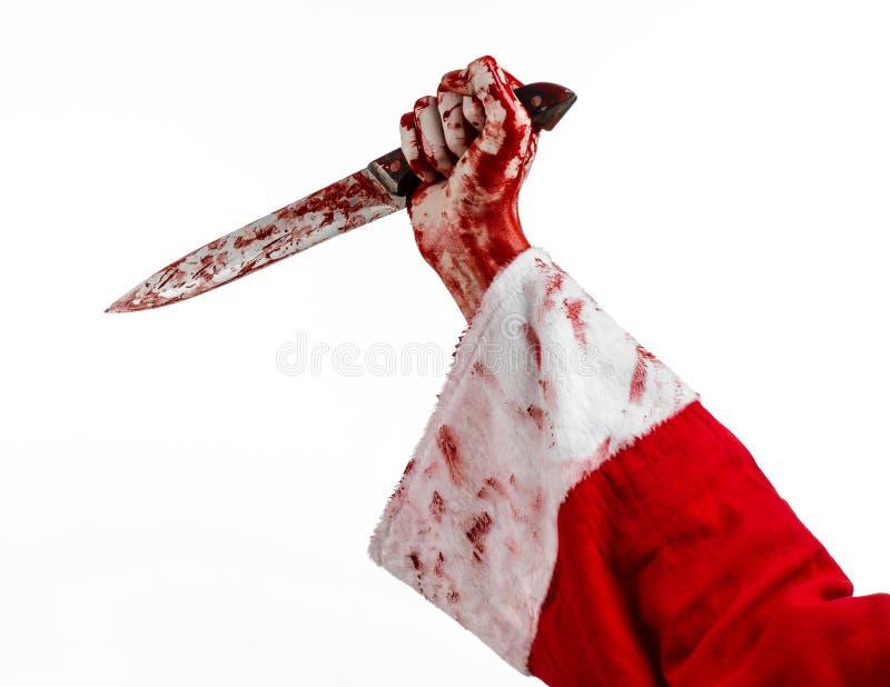 Tema di Halloween e di Natale: Le mani sanguinose di Santa di un pazzo che tiene un coltello sanguinoso su un fondo bianco isolat immagine stock libera da diritti