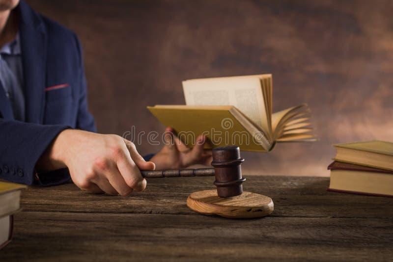 Tema di legge Concetto dell'aula di tribunale rustico fotografia stock libera da diritti