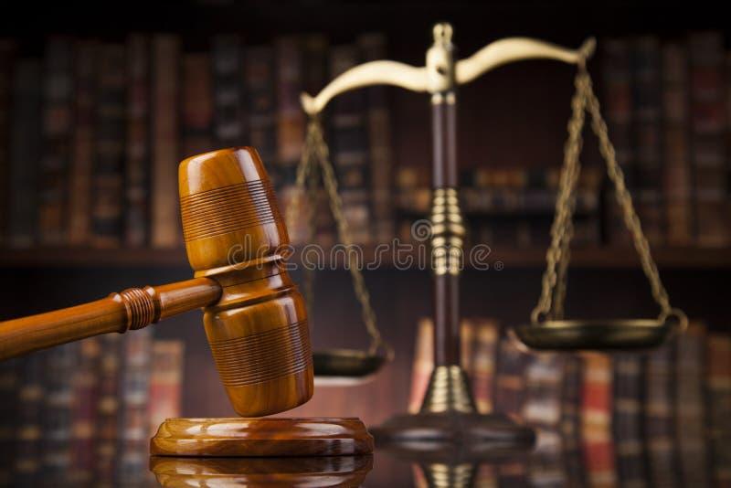Tema di legge, maglio del giudice, scrittorio di legno, libri immagine stock libera da diritti