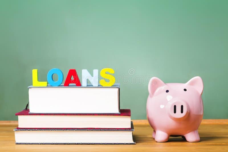 Tema di prestito dello studente con i manuali ed il porcellino salvadanaio immagine stock libera da diritti