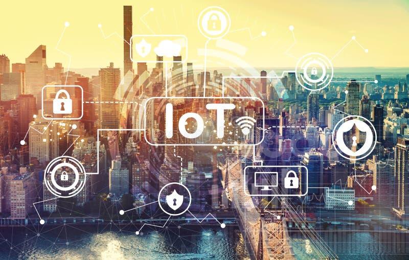 Tema di sicurezza di IoT con la vista aerea di Manhattan, NY fotografia stock libera da diritti