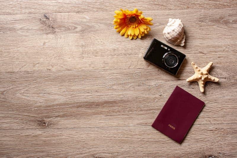 Tema di /travel di festa di Flatlay con fondo marrone con la macchina fotografica, il passaporto, le coperture, le stelle marine  fotografia stock libera da diritti
