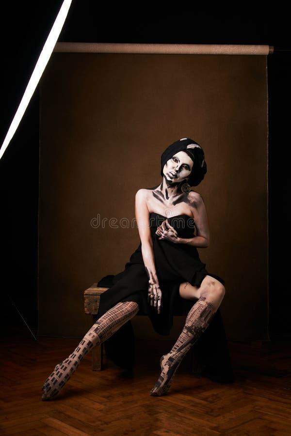 Tema di trucco e di Halloween Pelle in bianco e nero della donna fotografie stock libere da diritti
