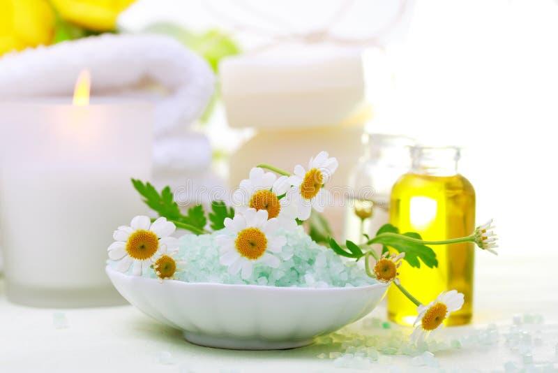 Tema do abrandamento dos termas com flores, sal de banho, óleo essencial e velas imagens de stock royalty free