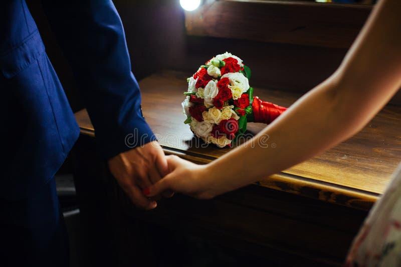 Tema do casamento, guardando recém-casados das mãos imagem de stock royalty free