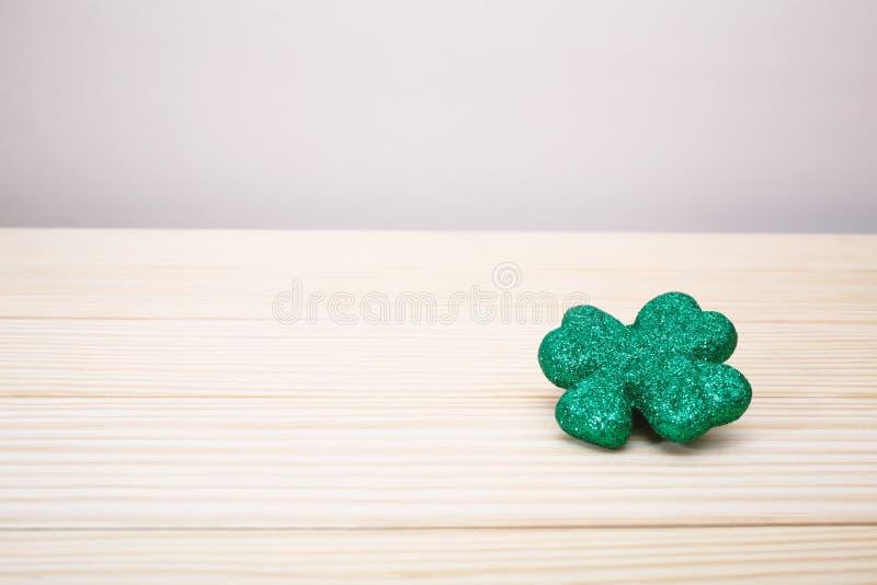 Tema do dia de St Patrick com trevo fotos de stock royalty free