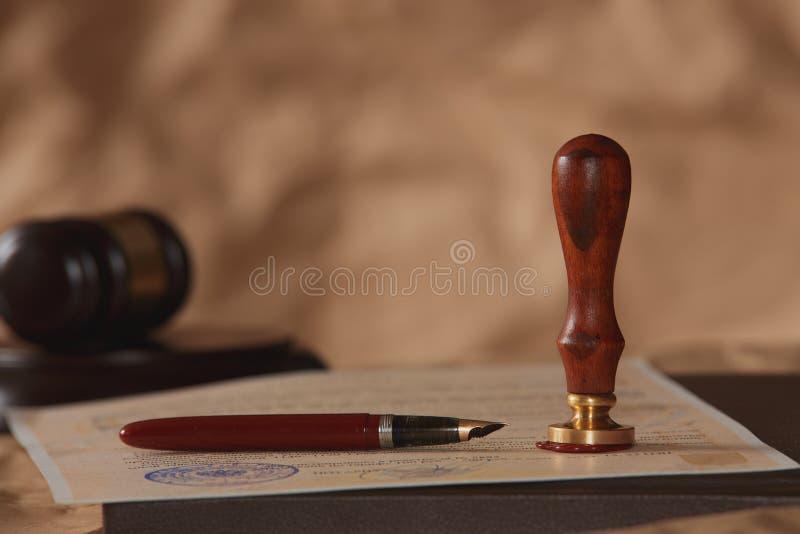 Tema do fundo da lei Pena de fonte e papel feito a mão a pena do advogado da lei o conceito de papel do fundo do legado do notári fotografia de stock