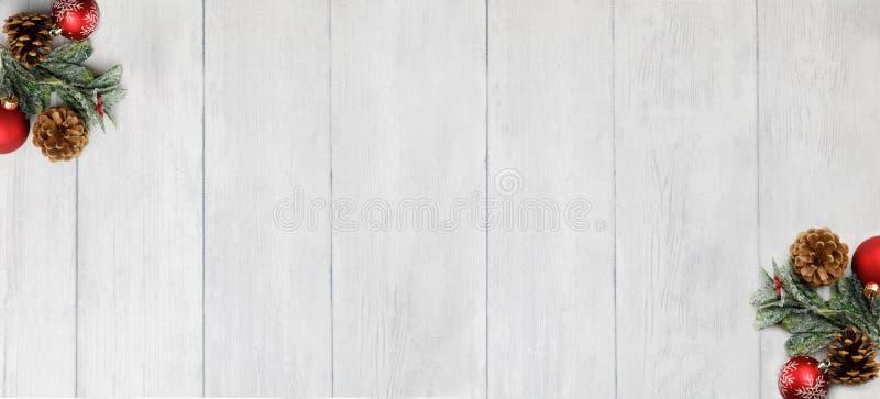 Tema do Natal no fundo de madeira branco com espaço para o texto fotografia de stock royalty free