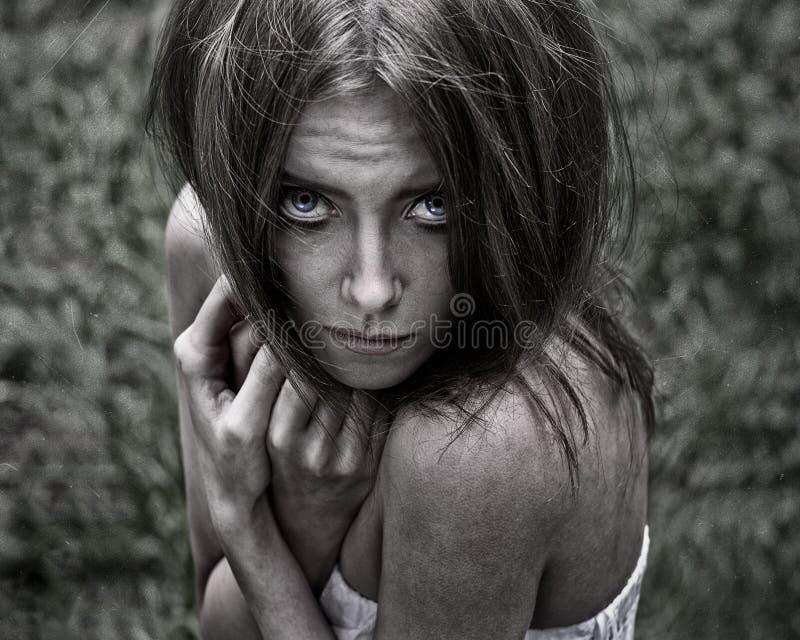 Tema do pesadelo e do Dia das Bruxas: retrato da bruxa assustador da menina nas madeiras imagens de stock