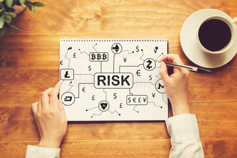 Tema do risco de Cryptocurrency com uma pessoa que escreve em um caderno fotografia de stock