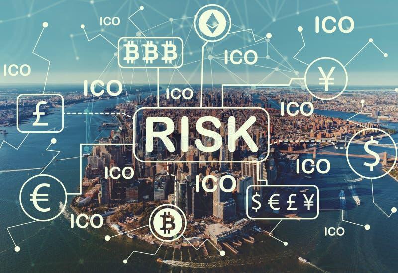 Tema do risco de Cryptocurrency ICO com ideia aérea da skyline de NY fotografia de stock royalty free