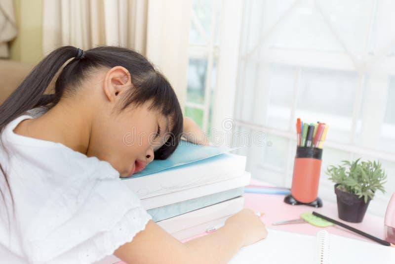 Tema educacional: estudante que dorme em seus livros de texto na casa imagens de stock royalty free