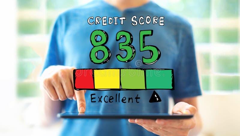 Tema excelente da pontuação de crédito com o homem que usa uma tabuleta imagem de stock royalty free