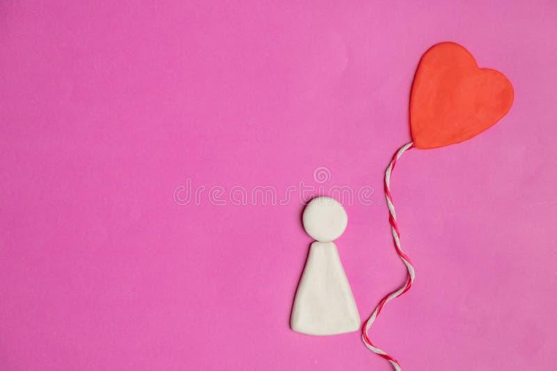 tema för förälskelsetecknad filmdocka med hjärtor på rosa bakgrund, förälskelsesymbol, valentin dag med kopieringsutrymme royaltyfri fotografi