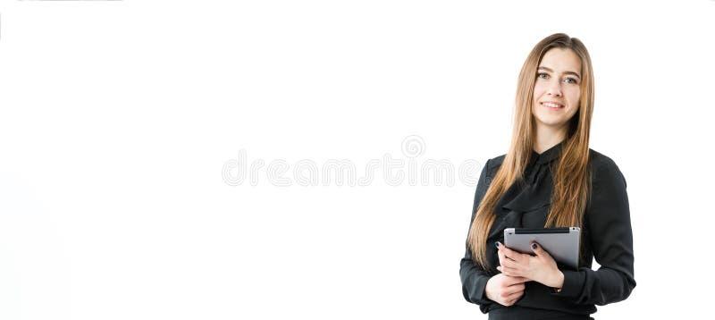 Tema för kvinnaaffärsteknologi Härlig ung caucasian kvinna i den svarta skjortan som poserar anseende med minnestavlahänder på de royaltyfria foton