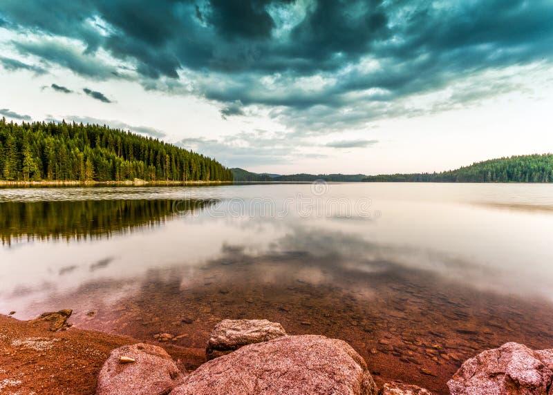 Tema för sommarbergsjö med molnig blå himmel fotografering för bildbyråer