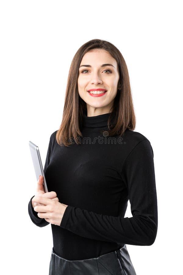 Tema f?r kvinnaaff?rsteknologi H?rlig ung caucasian kvinna i den svarta skjortan som poserar p? anseende med minnestavlah?nder arkivfoto