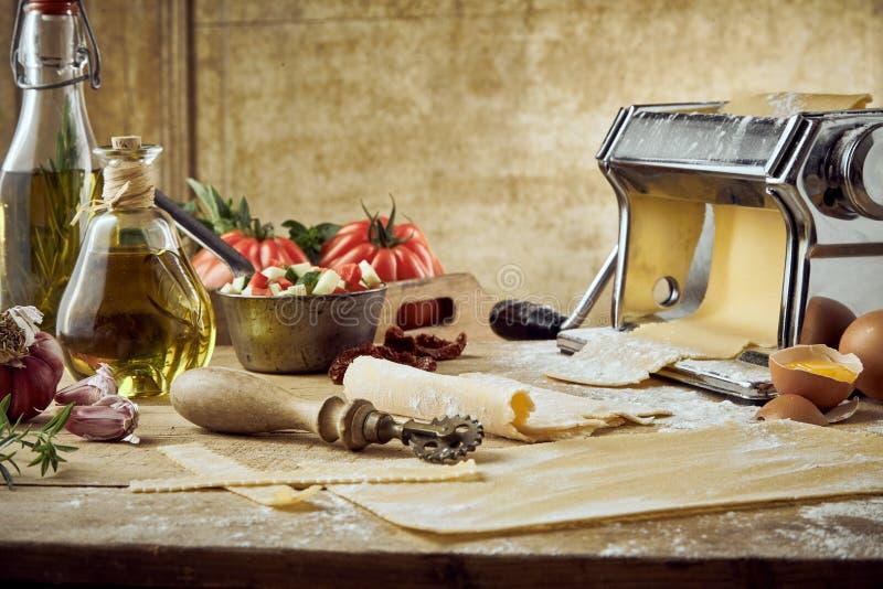 Tema gastrónomo de la fabricación de la pasta con los tomates imagen de archivo libre de regalías