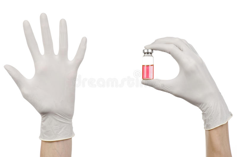 Tema médico: a mão do doutor em uma luva branca que guarda um tubo de ensaio vermelho do líquido para a injeção isolada no fundo  imagem de stock