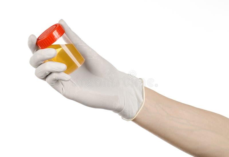 Tema médico: a mão do doutor nas luvas brancas que guardam um recipiente transparente com a análise da urina em um fundo branco fotografia de stock
