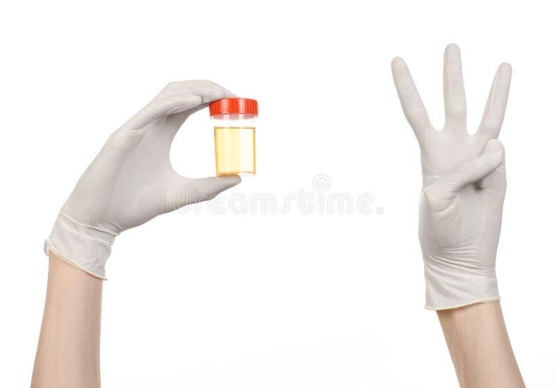 Tema médico: a mão do doutor nas luvas brancas que guardam um recipiente transparente com a análise da urina em um fundo branco imagem de stock royalty free
