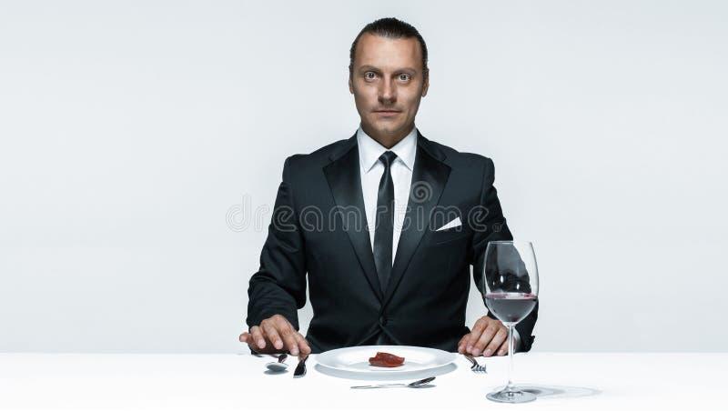 Tema sangriento de Halloween: hombre loco con un cuchillo, una bifurcación y una carne imagen de archivo libre de regalías