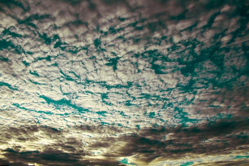 Tema scuro - nuvola scura con cielo blu fotografia stock libera da diritti