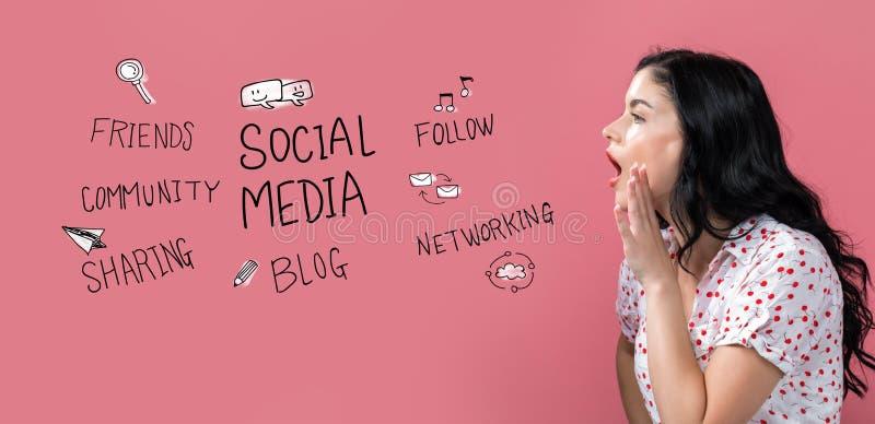 Tema social de los medios con el discurso de la mujer joven fotografía de archivo