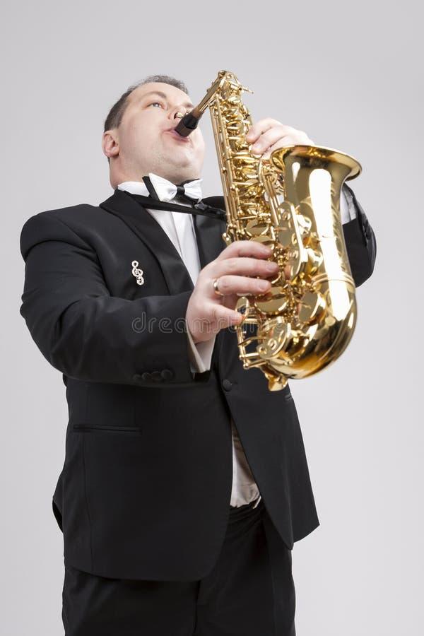 Temas e ideas de la música Un saxofonista masculino caucásico Playing S foto de archivo libre de regalías