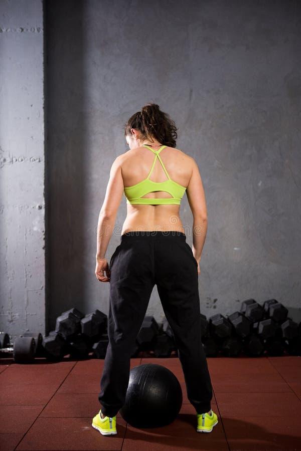 Tematów zdrowie i sport Silna mięśniowa Kaukaska kobieta w gym trenuje siłę i wytrzymałość Wyposażający ampułę drukującą obrazy stock