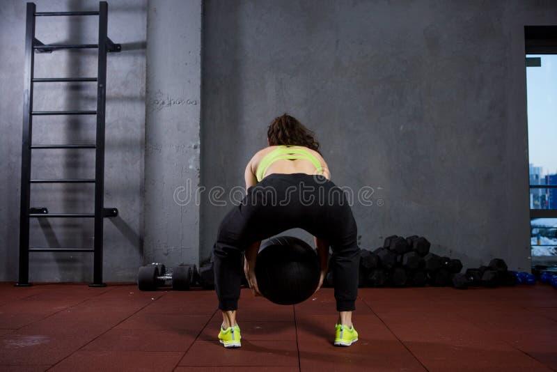 Tematów zdrowie i sport Silna mięśniowa Kaukaska kobieta w gym trenuje siłę i wytrzymałość Wyposażający ampułę drukującą zdjęcie royalty free