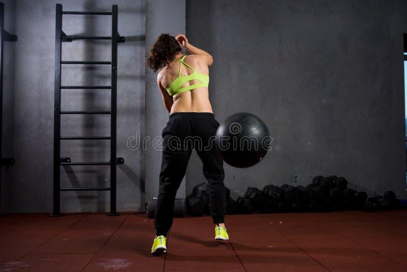 Tematów zdrowie i sport Silna mięśniowa Kaukaska kobieta w gym trenuje siłę i wytrzymałość Wyposażający ampułę drukującą zdjęcie stock