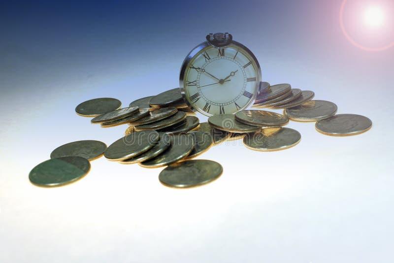 Temat av sparande tid är pengar Sparande pengar, långsiktig investering eller begreppet av finansiella uttryck tonat royaltyfria foton