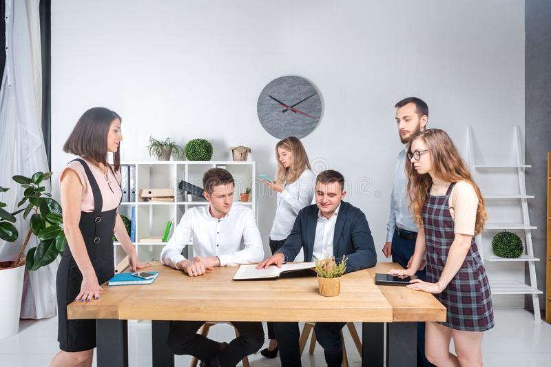 Temat jest biznesowy i praca zespołowa Grupa młodzi Kaukascy ludzie urzędników trzyma spotkania, odprawa, pracuje z papierami obrazy stock