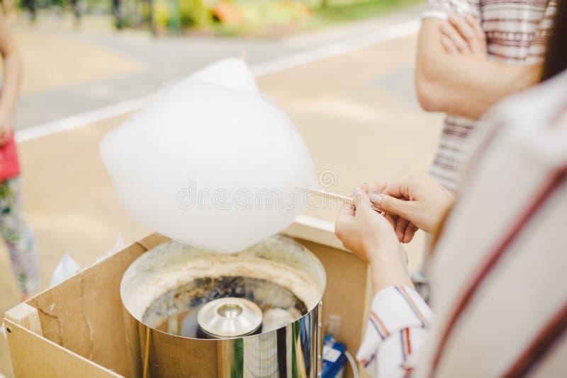 Temat jest rodzina małego biznesu kulinarnymi cukierkami Ręki zakończenia młodej kobiety handlowa właściciel ujście robi cukierku zdjęcia stock