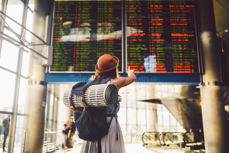 Temat podróży transport publiczny młoda kobieta trwanie w sukni i kapeluszu za plecaka campingowym wyposażeniem dla spać z powrot zdjęcie royalty free