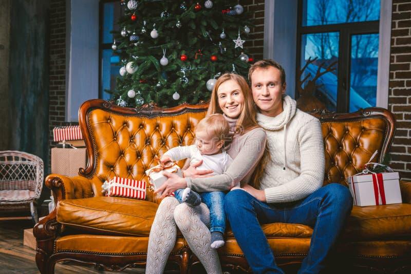 Tematu nowy rok i boże narodzenie wakacje w rodzinnej atmosferze Nastrój świętuje Kaukaskiego młodego mama taty i syna 1 roczniak zdjęcia stock