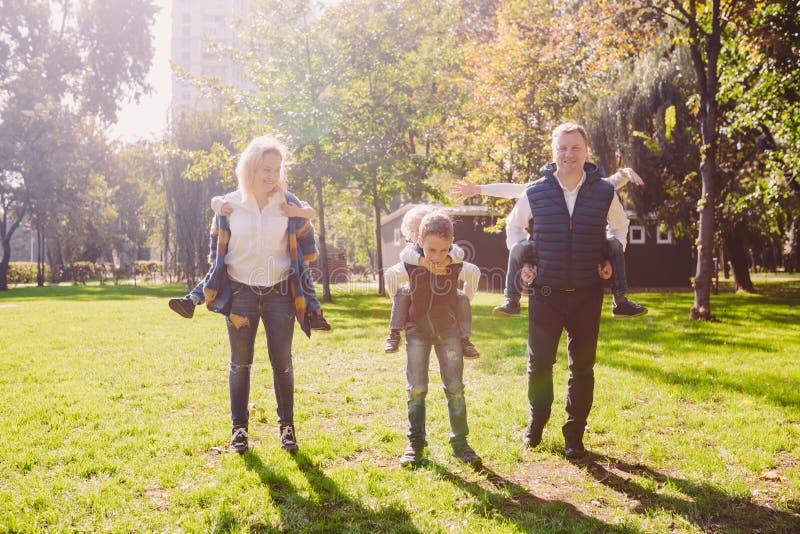 Tematu rodzinny aktywny czas wolny outside w naturze wielka Kaukaska rodzina z cztery dzie?mi Mama i tata aktywnie relaksuje enjo obraz royalty free