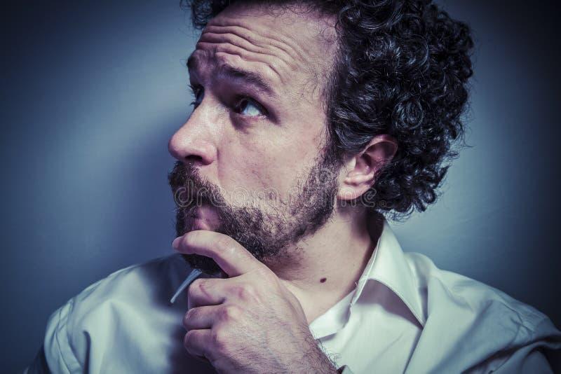 Temi, uomo con l'espressione intensa, camicia bianca fotografia stock libera da diritti
