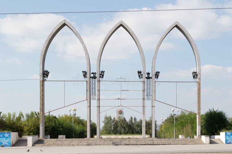 Temirtau, Kazajistán - 13 de agosto de 2016: Arco en la entrada a imagenes de archivo