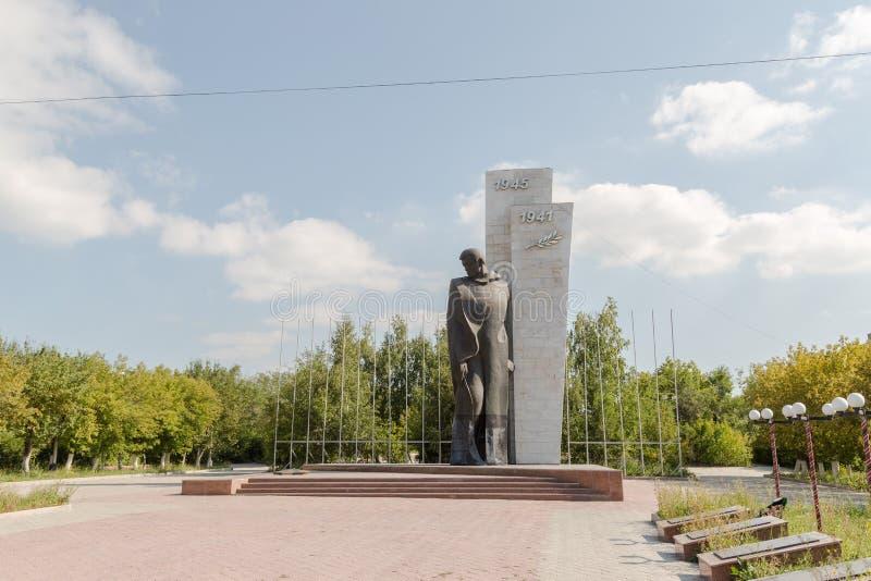 Temirtau, Kazajistán - 13 de agosto de 2016: Monumento al desconocido foto de archivo