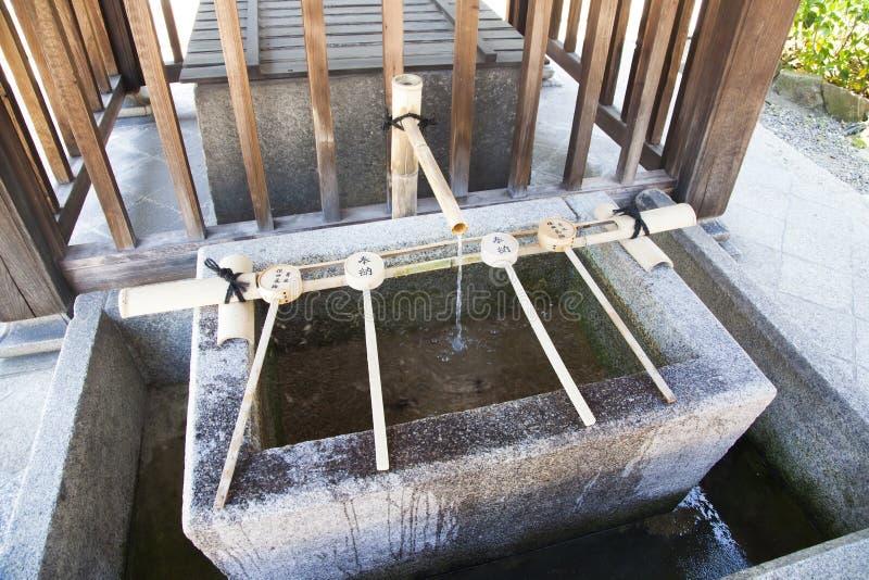 Temizuya - bacia da água para a ablução no templo japonês fotografia de stock