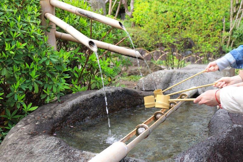 Temizuya - bacia da água para a ablução ritual no templo de Kamakura Hasedera, Japão fotos de stock