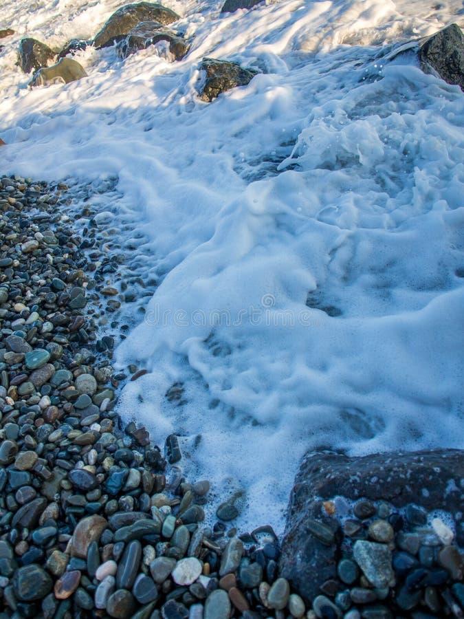 Tempête à la plage rocheuse images stock