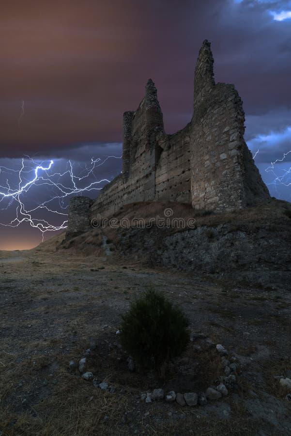 Tempête électrique au-dessus d'un vieux château images stock