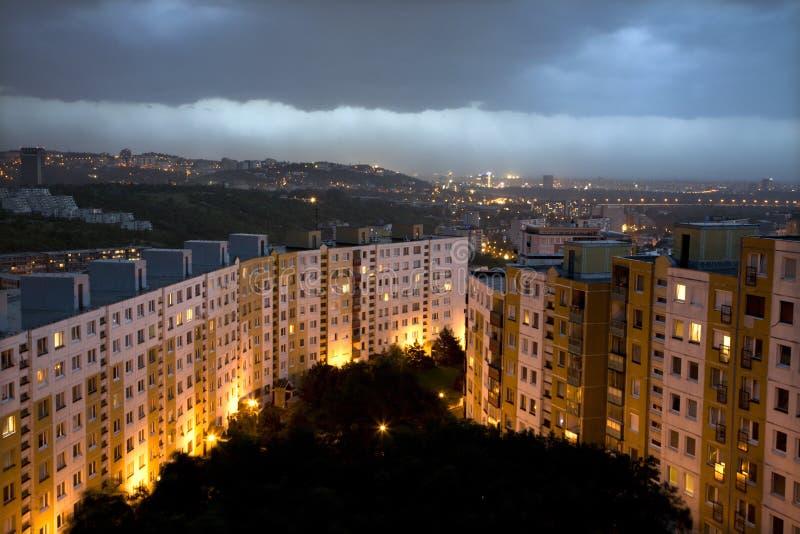 Tempête au-dessus d'égaliser l'habitation de Bratislava photo stock