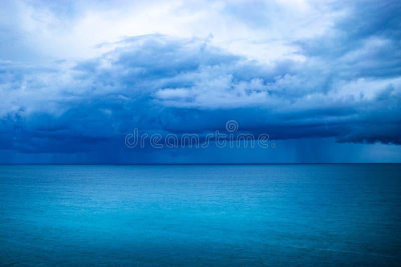 Tempête bleue au-dessus de l'océan images stock