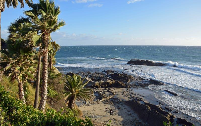 Tempête d'hiver à la roche d'oiseau dans le Laguna Beach, la Californie image libre de droits