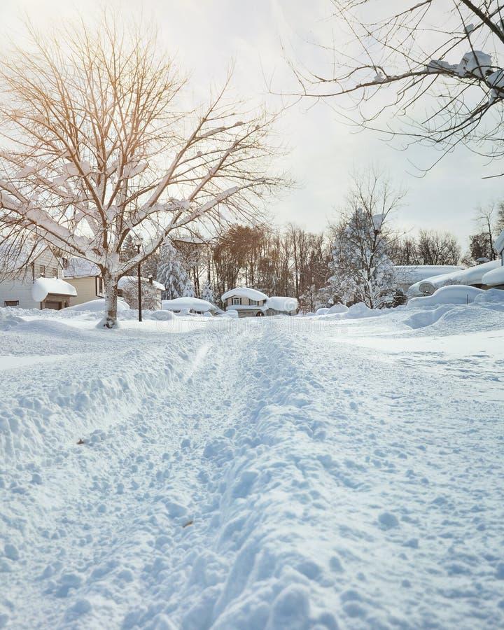 Tempête d'hiver avec la neige sur des routes image stock